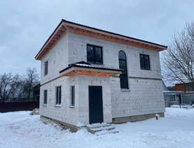Главный фасад законченного дома в Лукошкино