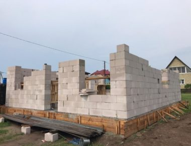 Строительство частного дома из газобетона. Кладка 1 этажа без фундамента